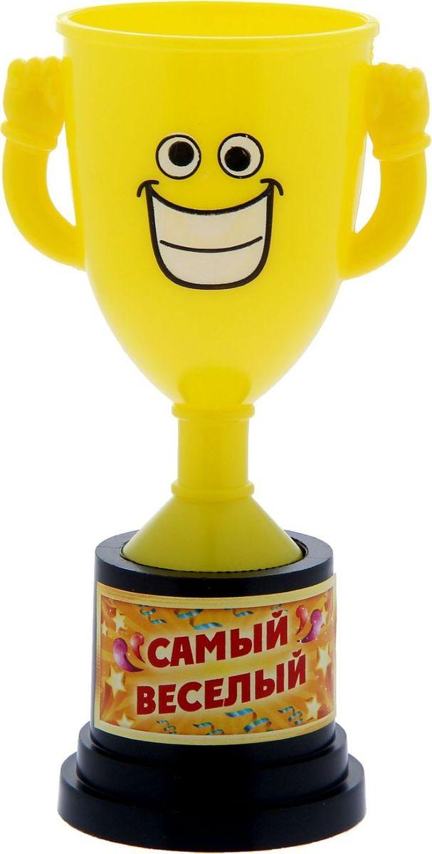 Кубок сувенирный Самый веселый. 12127591212759Заслуженная награда! Как же приятно, когда твои заслуги оценивают и признают! Кубок Самый веселый непременно порадует получателя и станет отличным напоминанием о проведённом вместе времени. Товар дополнен цветной наклейкой с названием номинации, за которую он вручается. Яркий пластиковый кубок с весёлой рожицей непременно понравится счастливому получателю. Сувенир упакован в пластиковый пакет.