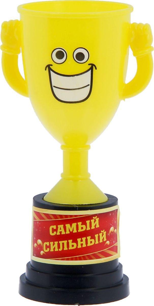 Кубок сувенирный Самый сильный. 12127711212771Заслуженная награда! Как же приятно, когда твои заслуги оценивают и признают! Кубок Самый сильный непременно порадует получателя и станет отличным напоминанием о проведённом вместе времени. Товар дополнен цветной наклейкой с названием номинации, за которую он вручается. Яркий пластиковый кубок с весёлой рожицей непременно понравится счастливому получателю. Сувенир упакован в пластиковый пакет.