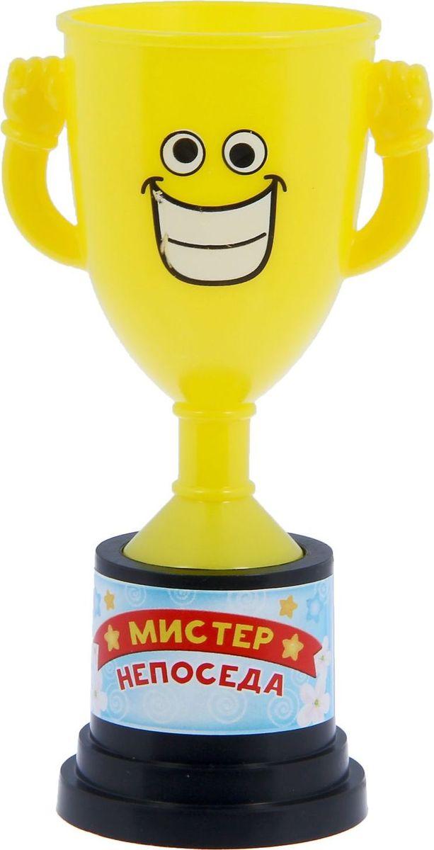Кубок сувенирный Мистер непоседа. 12127781212778Заслуженная награда! Как же приятно, когда твои заслуги оценивают и признают! Кубок Мистер непоседа непременно порадует получателя и станет отличным напоминанием о проведённом вместе времени. Товар дополнен цветной наклейкой с названием номинации, за которую он вручается. Яркий пластиковый кубок с весёлой рожицей непременно понравится счастливому получателю. Сувенир упакован в пластиковый пакет.