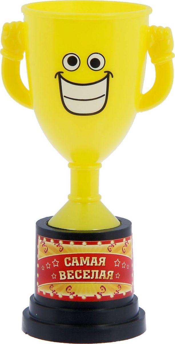 Кубок сувенирный Самая веселая. 12127811212781Заслуженная награда! Как же приятно, когда твои заслуги оценивают и признают! Кубок Самая веселая непременно порадует получателя и станет отличным напоминанием о проведённом вместе времени. Товар дополнен цветной наклейкой с названием номинации, за которую он вручается. Яркий пластиковый кубок с весёлой рожицей непременно понравится счастливому получателю. Сувенир упакован в пластиковый пакет.
