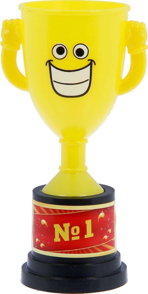 Кубок сувенирный №1. 12127841212784Заслуженная награда! Как же приятно, когда твои заслуги оценивают и признают! Кубок №1 непременно порадует получателя и станет отличным напоминанием о проведённом вместе времени. Товар дополнен цветной наклейкой с названием номинации, за которую он вручается. Яркий пластиковый кубок с весёлой рожицей непременно понравится счастливому получателю. Сувенир упакован в пластиковый пакет.