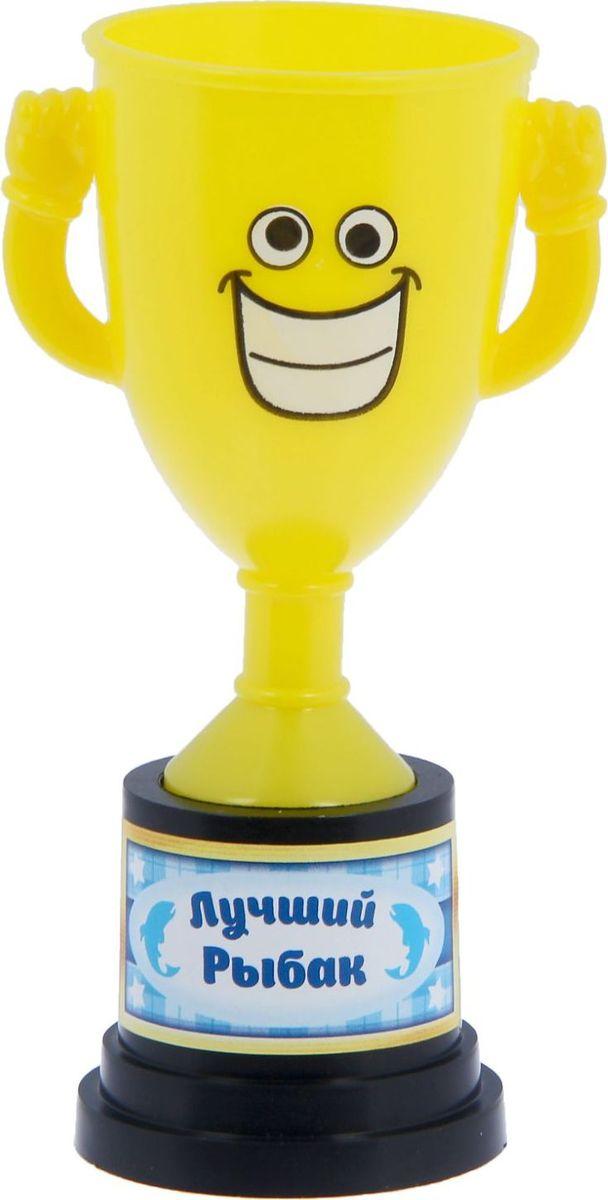 Кубок сувенирный Лучший рыбак. 12127851212785Заслуженная награда! Как же приятно, когда твои заслуги оценивают и признают! Кубок Лучший рыбак непременно порадует получателя и станет отличным напоминанием о проведённом вместе времени. Товар дополнен цветной наклейкой с названием номинации, за которую он вручается. Яркий пластиковый кубок с весёлой рожицей непременно понравится счастливому получателю. Сувенир упакован в пластиковый пакет.