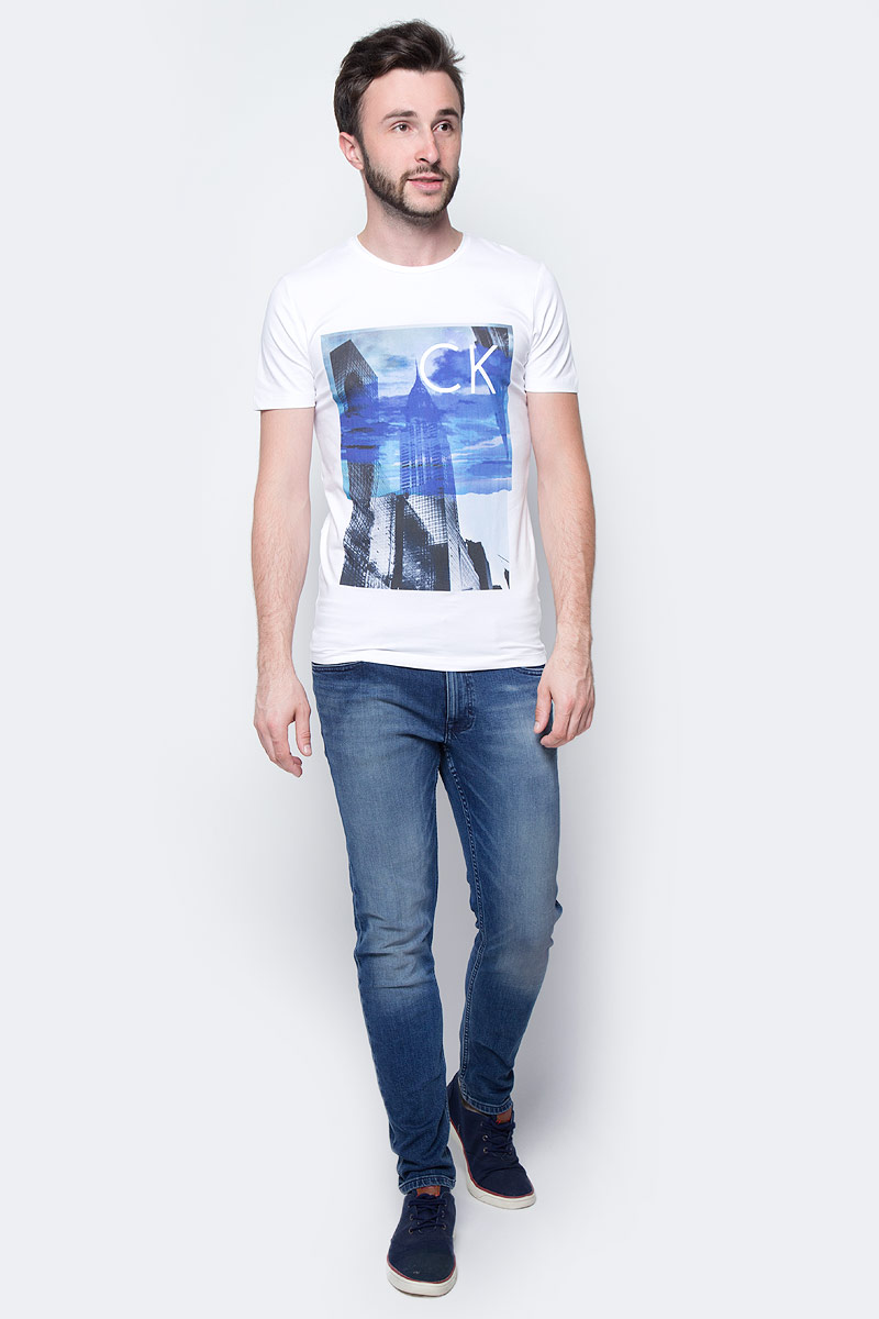 Футболка мужская Calvin Klein Jeans, цвет: белый. J30J305218_1120. Размер M (46/48)J30J305218_1120Мужская футболка Calvin Klein Jeans выполнена из натурального хлопка с добавлением эластана. Модель с круглым вырезом горловины и короткими рукавами оформлена оригинальным принтом. Такая футболка станет стильным дополнением к вашему гардеробу, она подарит вам комфорт в течение всего дня.