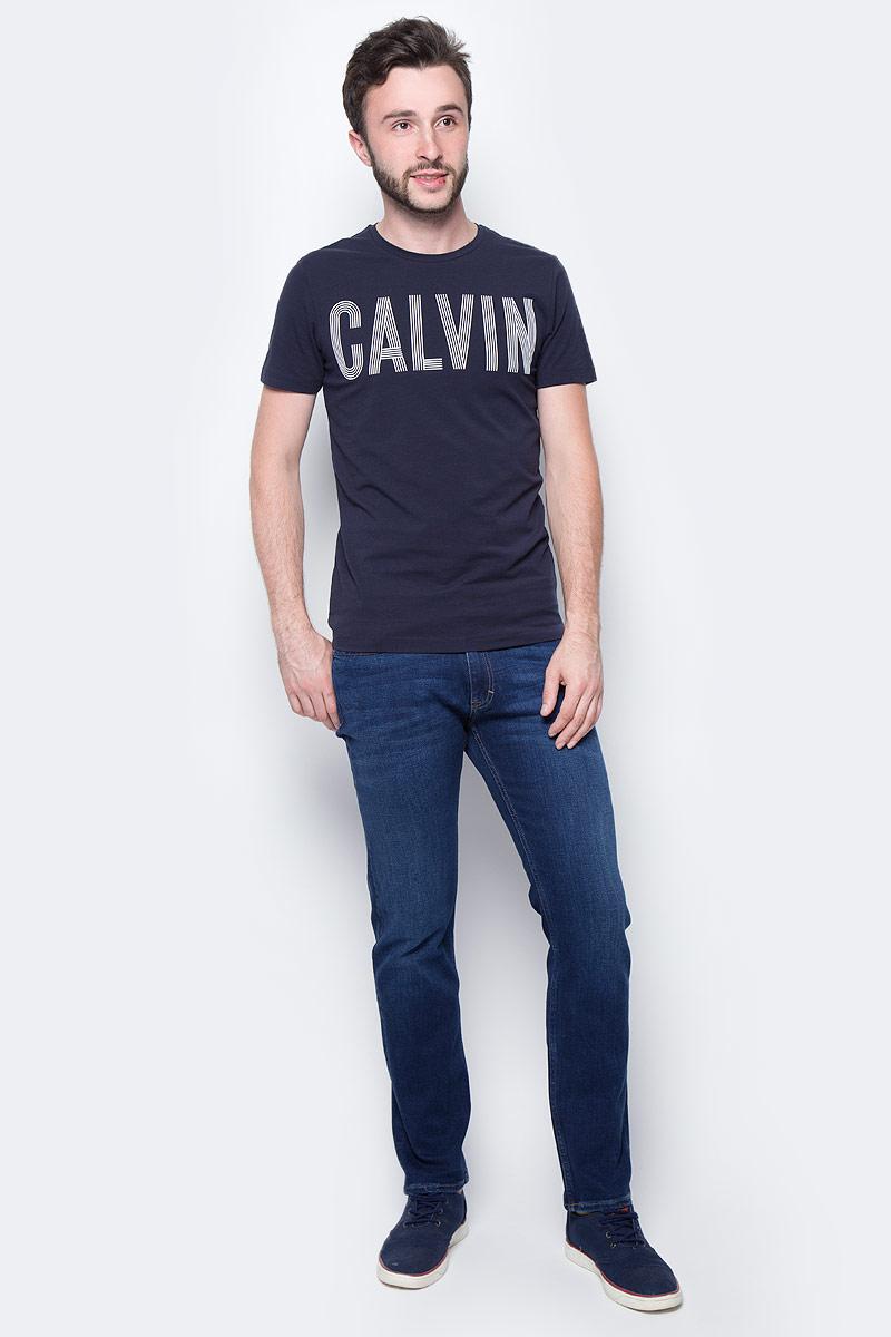 Футболка мужская Calvin Klein Jeans, цвет: синий. J30J305232_4020. Размер M (46/48)J30J305232_4020Мужская футболка Calvin Klein Jeans выполнена из натурального хлопка с добавлением эластана. Модель с круглым вырезом горловины и короткими рукавами оформлена оригинальным принтом. Такая футболка станет стильным дополнением к вашему гардеробу, она подарит вам комфорт в течение всего дня.