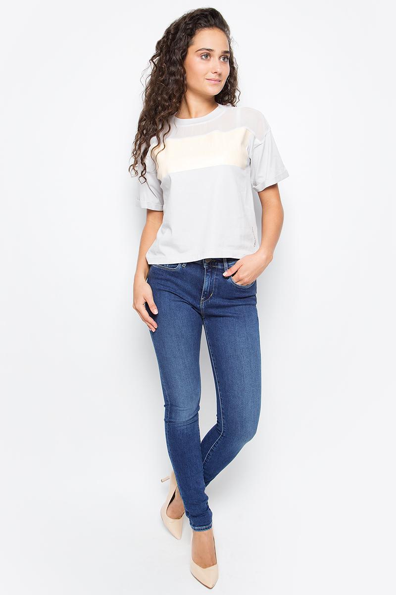 Джинсы женские Calvin Klein Jeans, цвет: синий. J20J205477_9133. Размер 29 (44/46)J20J205477_9133Стильные женские джинсы Calvin Klein созданы специально для того, чтобы подчеркивать достоинства вашей фигуры. Модель зауженного кроя со станартной посадкой. Джинсы застегиваются на металлическую пуговицу в поясе и ширинку на застежке-молнии, имеются шлевки для ремня. Джинсы имеют классический пятикарманный крой: спереди модель дополнена двумя втачными карманами и одним маленьким накладным кармашком, а сзади - двумя накладными карманами. Изделие оформлено эффектными потертостями, прострочкой и фирменной нашивкой сзади.