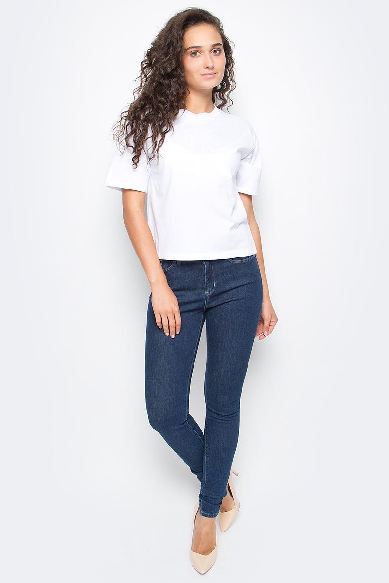Блузка женская Calvin Klein Jeans, цвет: белый. J20J205439_1120. Размер L (46/48)J20J205439_1120Женская лузка Calvin Klein выполнена из натурального хлопка. Модель с круглым вырезом горловины и короткими рукавами оформлена оригинальным принтом. Такая блузка станет стильным дополнением к вашему гардеробу, она подарит вам комфорт в течение всего дня.