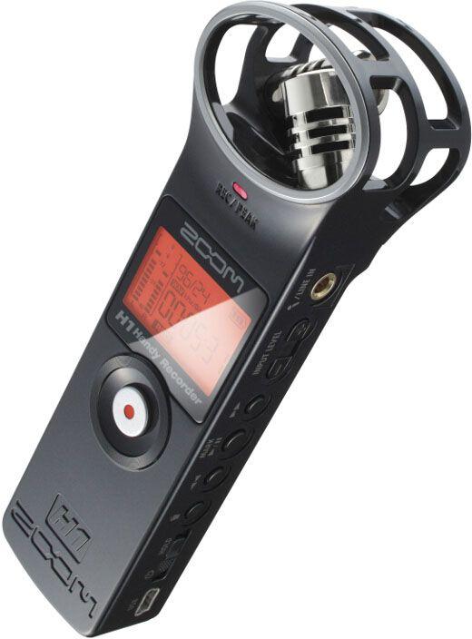 Zoom H1, Black диктофонH1Невероятно компактный ручной рекордер H1 заставит вас пересмотреть значение слова портативный. Благодаря его скромным размерам, H1 поместится в вашем кармане, обеспечивая при этом аудиозапись профессионального уровня. Куда бы вы ни направлялись, вы всегда можете взять его с собой и производить аудиозапись в стерео качестве на концертах, репетициях, площадках для съемок, лекциях и встречах или же используйте его для записи плодов своего собственного творчества.Вы можете рассчитывать на высокое качество аудиозаписи рекордера Zoom H1, где бы вы ни находились. В широкий список его возможных применений входит:Запись концертов и репетиций вживую;Запись звука для видео;Документирование лекций и встреч;Запись во время проведения интервью;Быстрая запись идей для песен;Легкая и простая X/Y записьЗапись по системе X/Y является отличным способом покрыть широкую область, сохраняя при этом хорошее качество и чистоту записи в центре. Этот способ стерео записи является идеальным выбором всех видов живых выступлений.Рекордер H1 оснащен встроенным X/Y-микрофоном, который представляет собой два разнонаправленных микрофона под углом в 90 градусов по отношению друг к другу. Эта конфигурация является оптимальной в большинстве ситуаций.В качестве альтернативы вы можете подключить к H1 петличный микрофон или источник линейного сигнала посредством мини-разъема Mic/Line (микрофонный/линейный). Это позволит вам производить запись любого другого типа.Входы и выходыРекордер для записи звука Zoom H1 оснащен 1/8-дюймовым микрофонным/линейным разъемом, который может принимать один микрофонный моносигнал или линейный стереосигнал. Кроме того, к этому разъему можно подключать конденсаторные микрофоны, работающие по системе Plug-In Power (2.5 В).Линейный выход/Выход для наушников – это 1/8-дюймовый стерео разъем с независимым регулятором громкости. К нему можно подключить наушники для мониторинга записи. Также на задней панели находится встроенный динамик для мониторинга запи