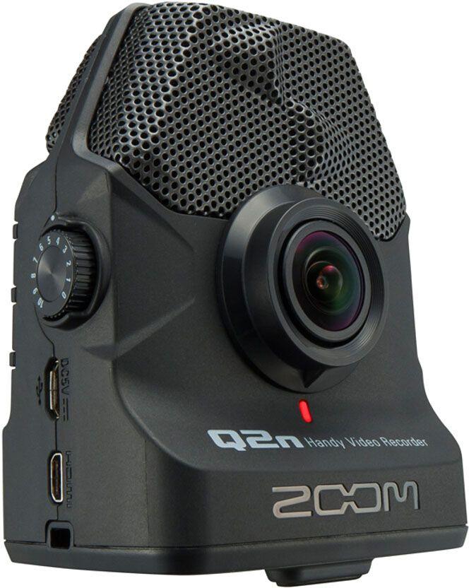 Zoom Q2n, Black видеокамераQ2nПортативный видео рекордер Zoom Q2nЕсли вы – амбициозный композитор или музыкант, то красивое видео играет важную роль в вашем успехе. В цифровую эпоху у каждого есть возможность показать свое творчество широкой аудитории и качественно снятое видео может стать залогом вашего успеха. Но нельзя снимать клипы на любую камеру. Вам нужна такая камера, которая сможет записать аудио в высочайшем качестве.Рекордер Zoom Q2n позволит вам легко и быстро записывать HD-видео и аудио высочайшего качества. Встроенные X/Y микрофоны захватывают полноценную стерео картину происходящего. А 160-градусный широкоугольный объектив идеально справляется со съемкой при любом освещении – как в домашних условиях, так и в студии или в клубе.С портативным рекордером Q2n вы наконец-то сможете записывать видео, которое будет одинаково качественно выглядеть и звучать – и все это по доступной цене. Разрешение 24-бит/96 кГц позволит вам записывать звук студийного качества, вне зависимости от того, где вы осуществляете съемку. Встроенные микрофоны типа X/Y выдерживают максимальный уровень звукового давления вплоть до 120 dB SPL, что позволяет избежать искажения звука и помех при записи.Записывайте лучшие моменты при любом освещении10 режимов сцены позволят вам осуществлять съемку при различных видах освещения, включая слабоосвещенные помещения. Вы сможете выбрать любой подходящий вам режим, начиная с Концертного освещения, который автоматически подстраивается под текущий уровень освещения, и заканчивая Слабоосвещенным Концертом для съемки тусклых помещениях. Кроме того, здесь есть наборы настроек, подобранные специально для съемки в джаз клубах, студиях, а также на открытом воздухе.Съемка с любого ракурсаРекордер Q2n оснащен 160-градусным широкоугольным объективом, который способен снимать видео потрясающего качества. Запись ведется в разрешениях 720p или 1080p с частотой кадров 24 или 30 FPS. Диафрагма F2.0 делает Q2n идеальным выбором для музыкантов, которые выступают в