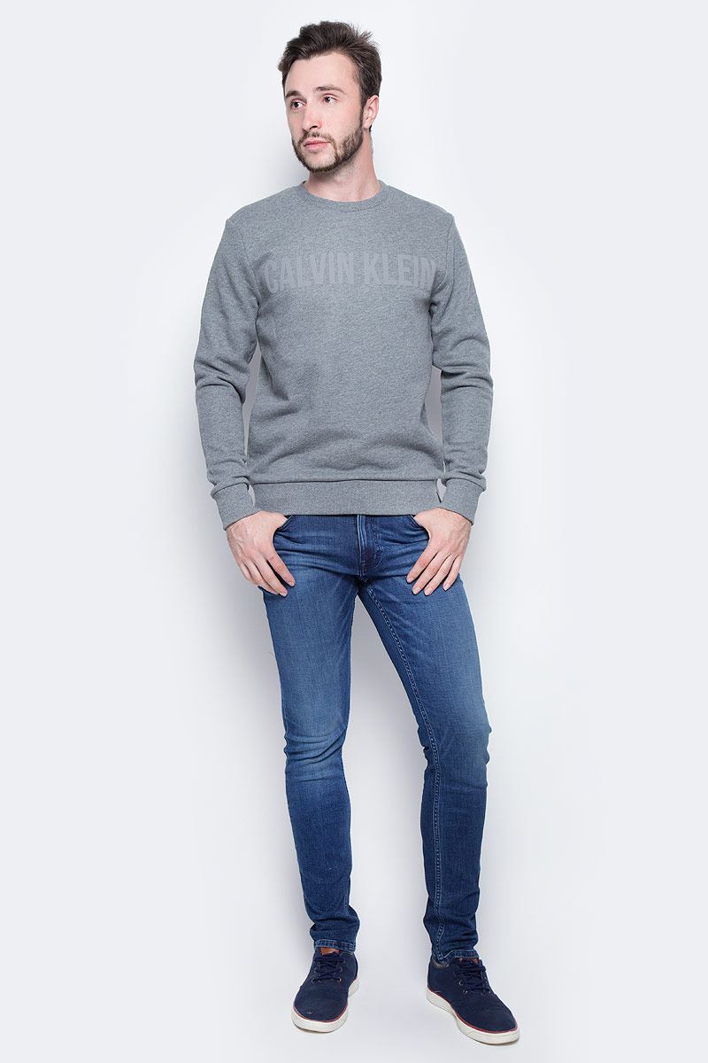 Джинсы мужские Calvin Klein Jeans, цвет: синий. J30J305258_9124. Размер 31 (46/48)J30J305258_9124Стильные мужские джинсы Calvin Klein выполнены из натурального хлопка с добавлением эластана. Модель прямого кроя со стандартной посадкой. Джинсы застегиваются на металлическую пуговицу в поясе и ширинку на застежке-молнии, имеются шлевки для ремня. Джинсы имеют классический пятикарманный крой: спереди модель дополнена двумя втачными карманами и одним маленьким накладным кармашком, а сзади - двумя накладными карманами. Изделие оформлено прострочкой и фирменной нашивкой сзади.