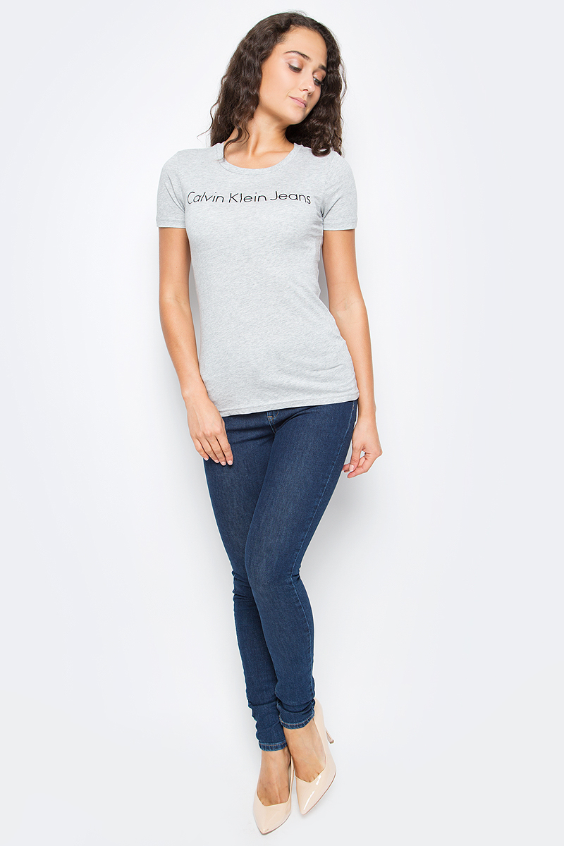 Футболка женская Calvin Klein Jeans, цвет: серый. J20J205376_0380. Размер XL (48/50)J20J205376_0380Женская футболка Calvin Klein Jeans выполнена из натурального хлопка. Модель с круглым вырезом горловины и короткими рукавами оформлена оригинальным принтом. Такая футболка станет стильным дополнением к вашему гардеробу, она подарит вам комфорт в течение всего дня.,