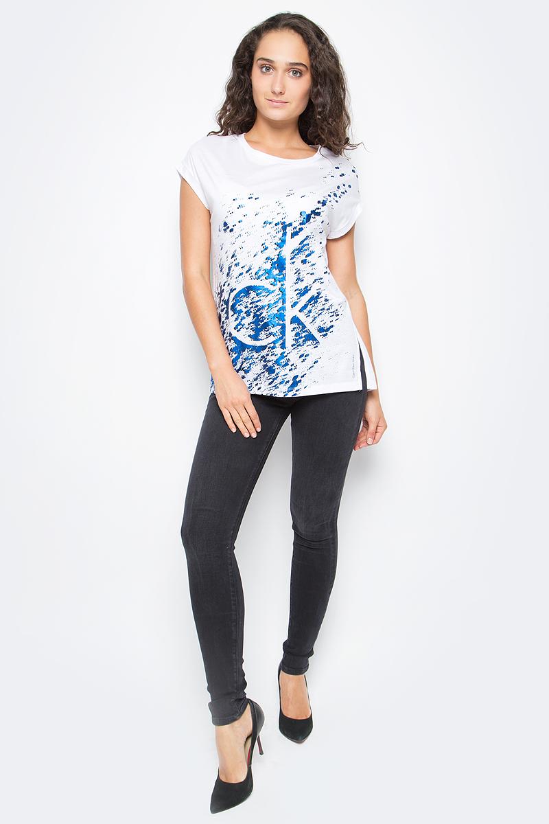 Футболка женская Calvin Klein Jeans, цвет: белый. J20J205403_1120. Размер S (42/44)J20J205403_1120Футболка Calvin Klein Jeans выполнена из натурального хлопка с добавлением модала и оформлена принтом. Модель с круглым вырезом горловины и коротким рукавом выполнена в свободном покрое.