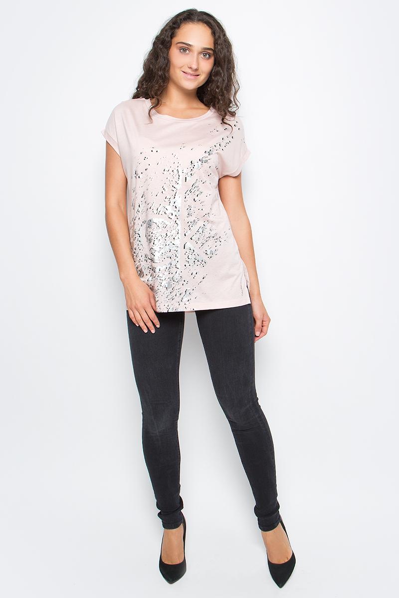 Футболка женская Calvin Klein Jeans, цвет: бежевый. J20J205403_6710. Размер XS (40/42)J20J205403_6710Футболка Calvin Klein Jeans выполнена из натурального хлопка с добавлением модала и оформлена принтом. Модель с круглым вырезом горловины и коротким рукавом выполнена в свободном покрое.