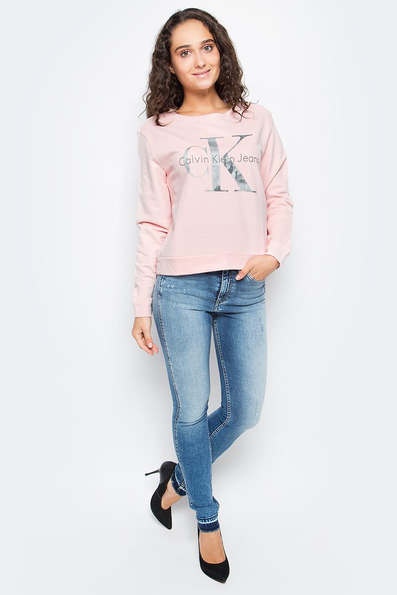 Джемпер женский Calvin Klein Jeans, цвет: бежевый. J20J205390_6710. Размер S (42/44)J20J205390_6710Оригинальный женский джемпер Calvin Klein выполнен из натурального хлопка. Модель с круглым вырезом горловины и длинными рукавами оформлена оригинальным принтом. Низ изделия, манжеты и горловина дополнены эластичной резинкой.