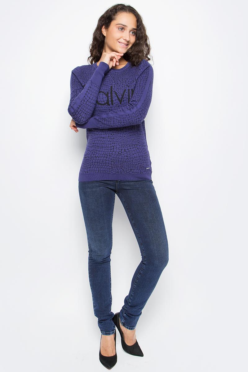 Джинсы женские Calvin Klein Jeans, цвет: синий. J20J205481_9023. Размер 25 (36/38)J20J205481_9023Стильные женские джинсы Calvin Klein выполнены из высококачественного материала. Модель прямого кроя со станартной посадкой. Джинсы застегиваются на металлическую пуговицу в поясе и ширинку на застежке-молнии, имеются шлевки для ремня. Джинсы имеют классический пятикарманный крой: спереди модель дополнена двумя втачными карманами и одним маленьким накладным кармашком, а сзади - двумя накладными карманами. Изделие оформлено прострочкой и фирменной нашивкой сзади.