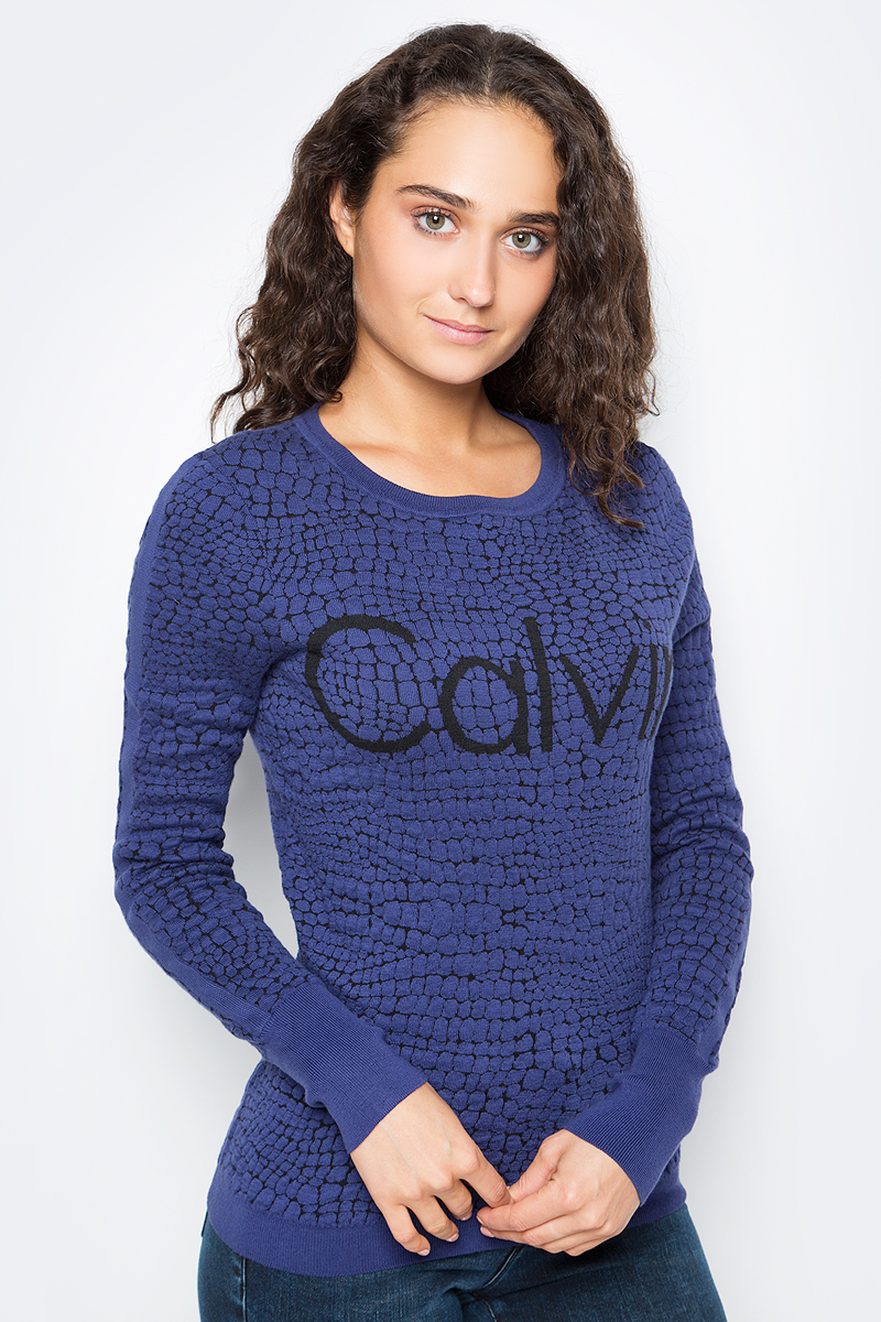 Джемпер женский Calvin Klein Jeans, цвет: синий. J20J205359_0990. Размер L (46/48)J20J205359_0990Удобный женский джемпер Calvin Klein изготовлен из натурального хлопка с добавлением полиамида. Модель с круглым вырезом горловины и длинными рукавами дополнена принтом. Вырез горловины, низ и манжеты дополнены эластичной резинкой.
