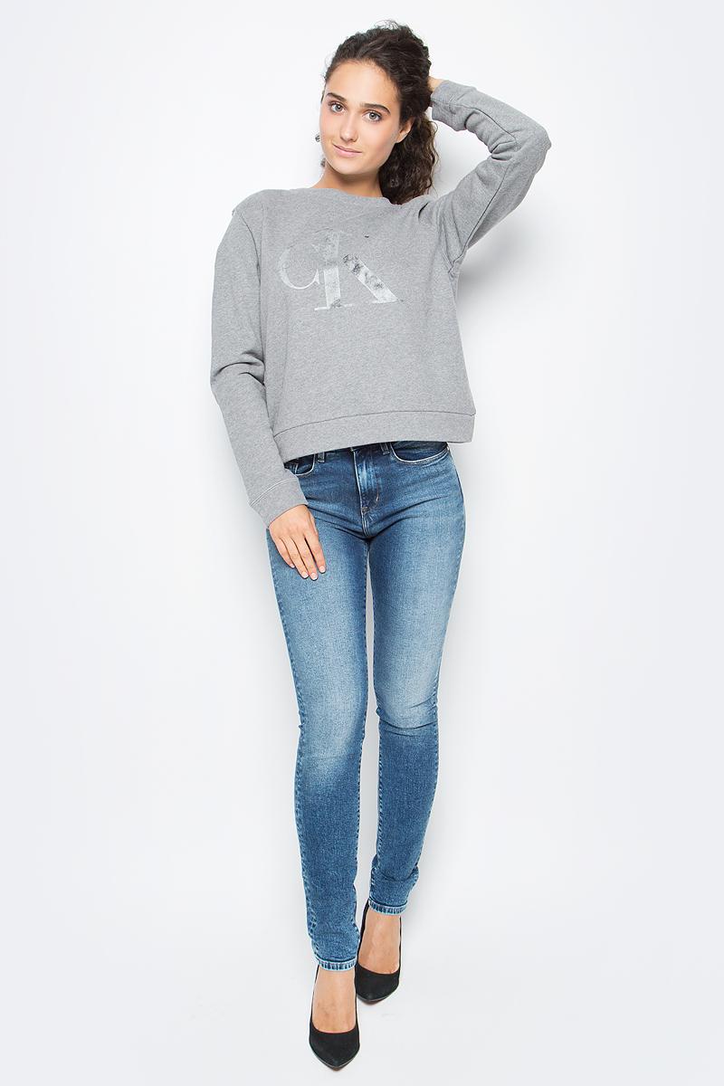 Джемпер женский Calvin Klein Jeans, цвет: серый. J20J205390_0250. Размер M (44/46)J20J205390_0250Оригинальный женский джемпер Calvin Klein выполнен из натурального хлопка. Модель с круглым вырезом горловины и длинными рукавами оформлена оригинальным принтом. Низ изделия, манжеты и горловина дополнены эластичной резинкой.