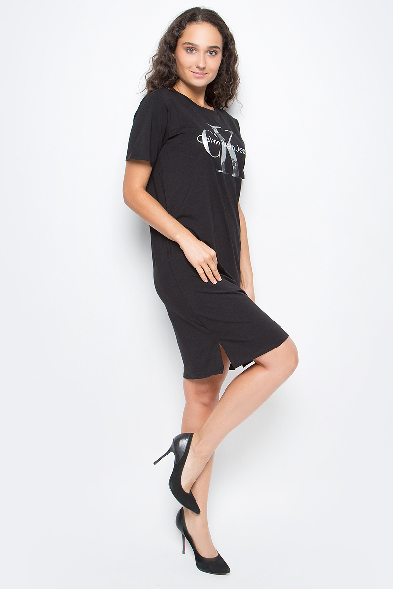 Платье женское Calvin Klein Jeans, цвет: черный. J20J205502_0990. Размер S (42/44)J20J205502_0990Стильное платье Calvin Klein выполнено из высококачественного материала. Модель свободного кроя с короткими рукавами и круглым вырезом горловины, дополнена принтом и по бокам разрезами.
