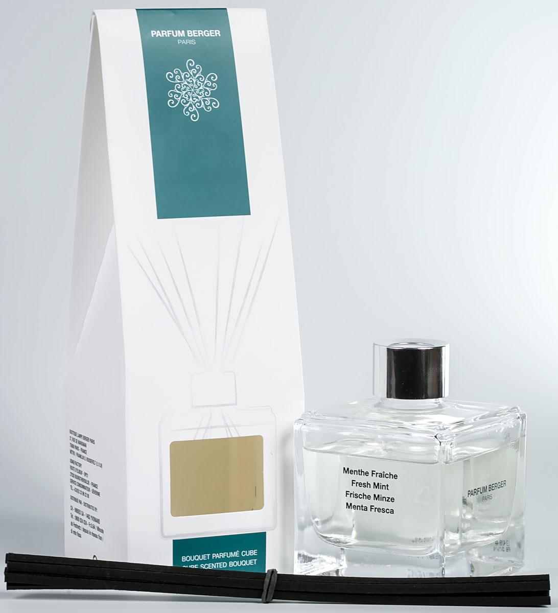 Диффузор ароматический Parfum Berger Свежая мята, с палочками, 125 мл2000000047287Особенность диффузера Parfum Berger заключается в применении инновационных полимерных палочек, что эффективнее любых тростниковых в 5 раз. Остаточный эффект от аромажидкости остается в полимерных палочках еще на протяжении более 2-х недель и продолжает вас радовать, пока вы не дольете во флакон свой любимый аромат. Комплект состоит из подарочной коробочки, строгого флакона (125 мл), аромажидкости и комплекта полимерных палочек. Элегантный куб из прозрачного стекла, украшенный серебристым кольцом, с эффектно смотрящимся букетом из черных палочек, который придает композиции современный вид. Сделанные из технического полимера, 8 палочек гарантируют идеальное распространение аромата. Не теряют свой цвет при контакте с содержимым флакона.