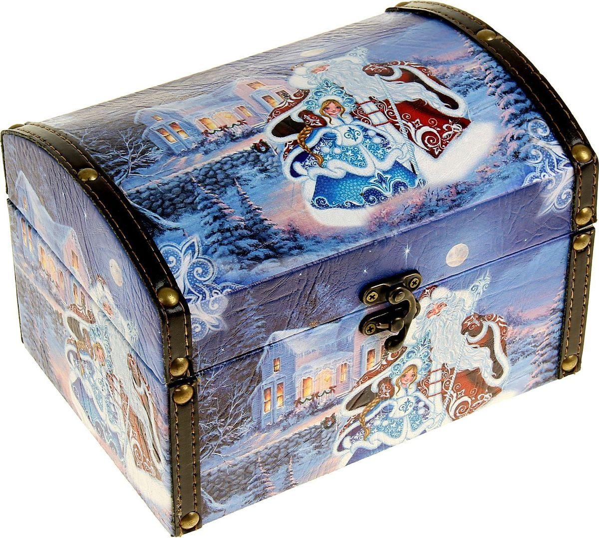 Шкатулка Sima-land Дед Мороз со Снегурочкой, цвет: синий, 20 х 14,5 х 14 см1053612Шкатулка — это небольшой сувенир, а также оригинальная упаковка подарка. Она дополнит интерьер спальни, гостиной или прихожей. Шкатулка выполнена из дерева в виде сундучка с покрытием из искусственной кожи. Изделие предназначено для хранения украшений: колец, браслетов, часов, цепочек, колье, сережек и прочих предметов.
