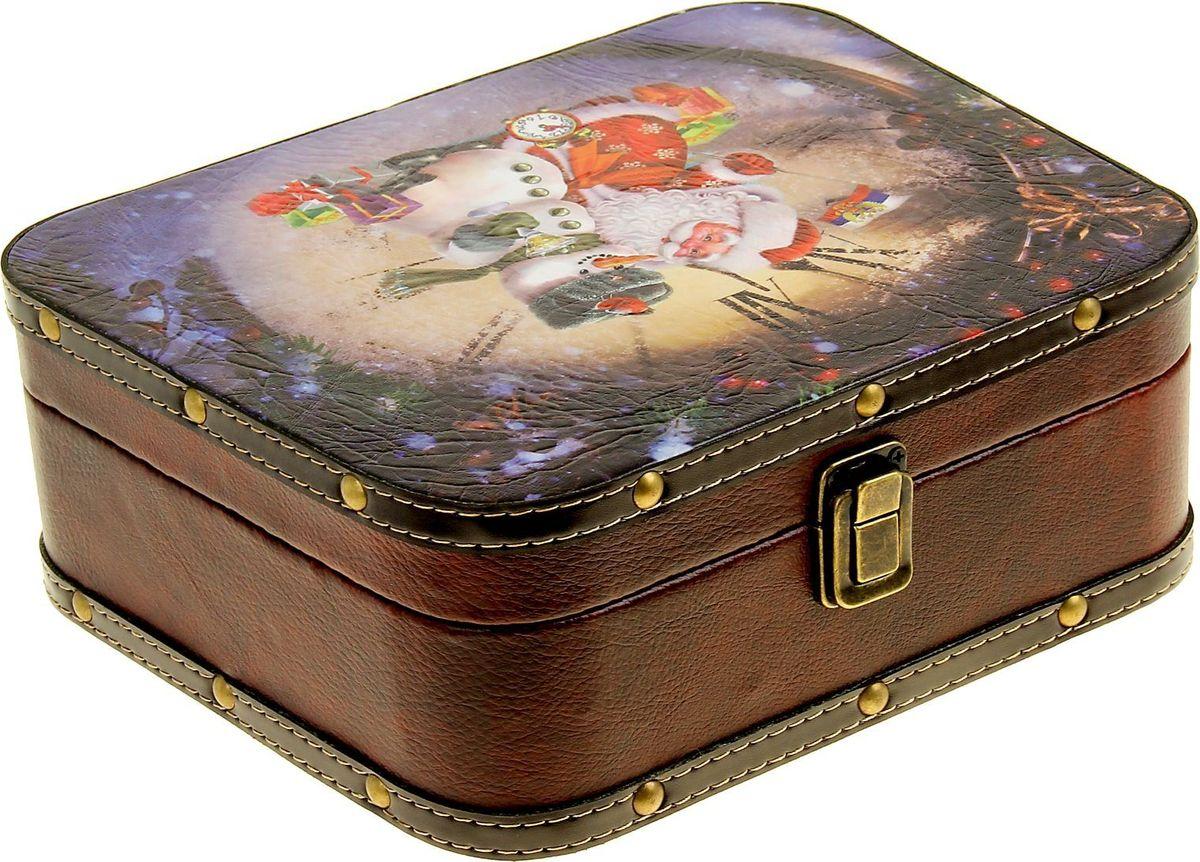 Шкатулка Sima-land Дед Мороз с помощником Снеговиком, цвет: коричневый, 20 х 25 х 9 см1053614Шкатулка — это небольшой сувенир, а также оригинальная упаковка подарка. Она дополнит интерьер спальни, гостиной или прихожей. Шкатулка выполнена из дерева в виде чемоданчика с покрытием из искусственной кожи. Изделие предназначено для хранения украшений: колец, браслетов, часов, цепочек, колье, сережек и прочих предметов.