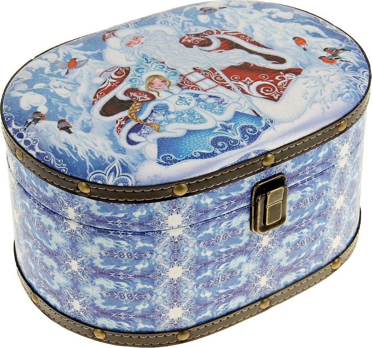 Шкатулка Sima-land Дед Мороз со Снегурочкой в зимнем лесу, цвет: голубой, 25 х 18 х 13 см1053619Шкатулка — это небольшой сувенир, а также оригинальная упаковка подарка. Она дополнит интерьер спальни, гостиной или прихожей. Изделие предназначено для хранения украшений: колец, браслетов, часов, цепочек, колье, сережек и прочих предметов.