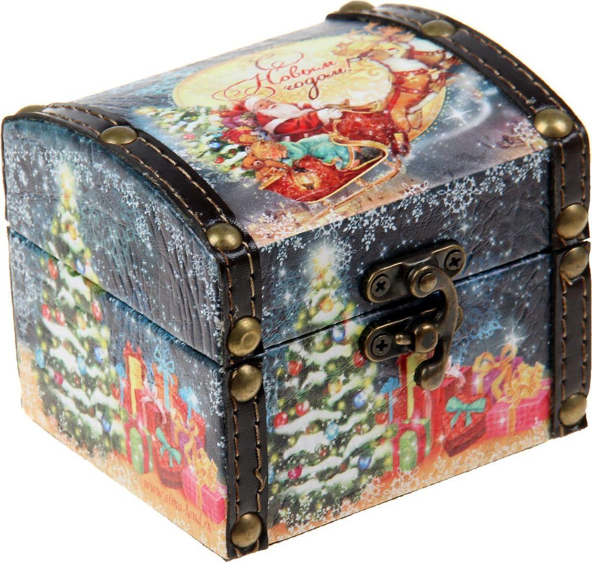 Шкатулка Sima-land С Новым годом, цвет: черный, 10 х 9 х 9 см1071949Шкатулка — это небольшой сувенир, а также оригинальная упаковка подарка. Она дополнит интерьер спальни, гостиной или прихожей. Шкатулка выполнена из дерева в виде сундучка. Изделие предназначено для хранения украшений: колец, браслетов, часов, цепочек, колье, сережек и прочих предметов.