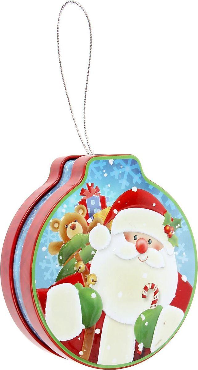 Шкатулка Sima-land Дед Мороз, цвет: красный, 3,5 х 12 х 11 см1387759Шкатулка — это небольшой сувенир, а также оригинальная упаковка подарка. Изделие выполнено из металла и предназначено для хранения украшений: колец, браслетов, часов, цепочек, колье, сережек и прочих предметов. Благодаря петельке шкатулку можно повесить на елку.