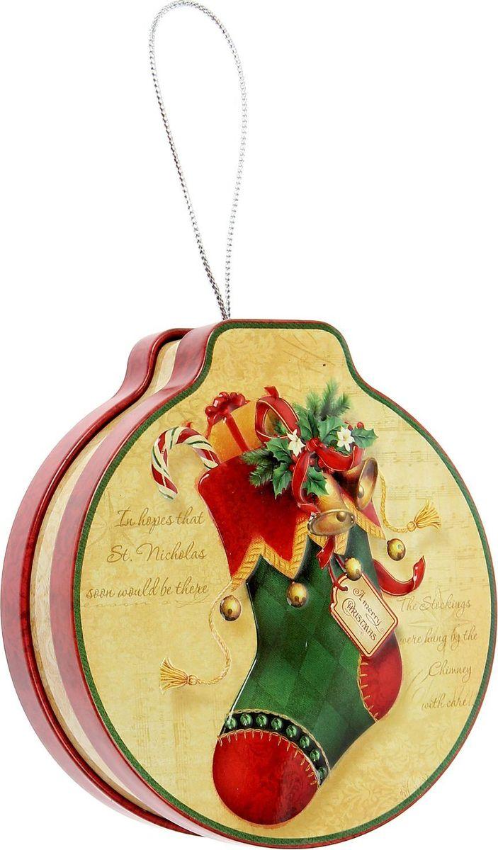 Шкатулка Sima-land Носочек с подарками, цвет: слоновая кость, 12 х 11 х 3,5 см1387760Шкатулка — это небольшой сувенир, а также оригинальная упаковка подарка. Она выполнена из металла и дополнена петелькой, благодаря которой ее можно повесить на елку. Изделие предназначено для хранения украшений: колец, браслетов, часов, цепочек, колье, сережек и прочих предметов.