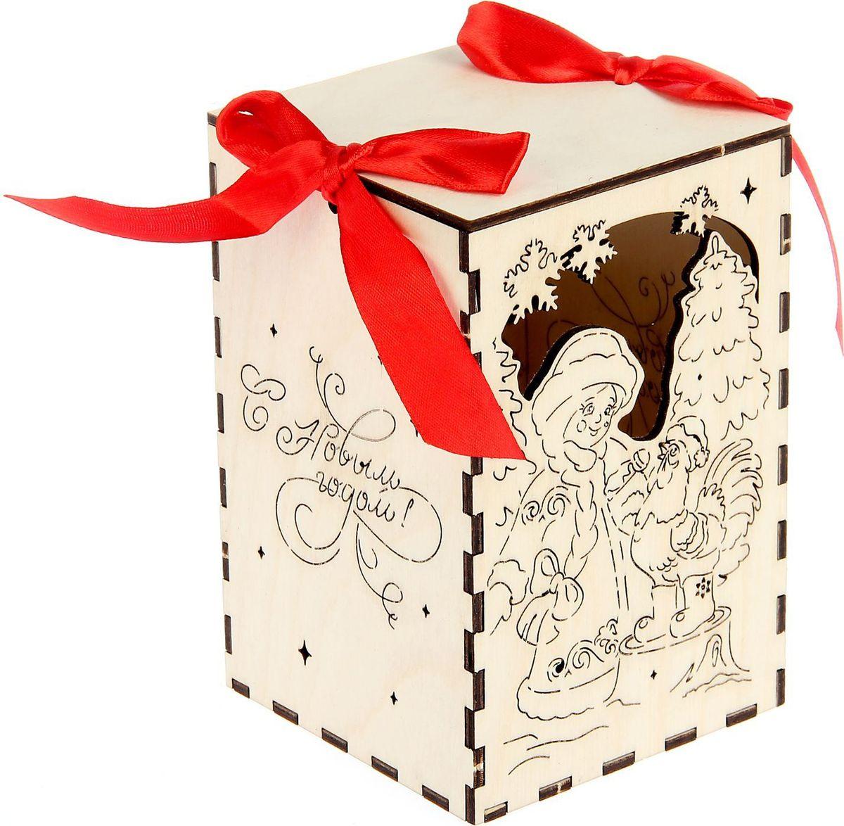 Шкатулка Sima-land С Новым годом!, цвет: белый, 10 см х 10 см х 15 см1530102Шкатулка — это небольшой сувенир, а также оригинальная упаковка подарка. Она дополнит интерьер спальни, гостиной или прихожей. Изделие предназначено для хранения украшений: колец, браслетов, часов, цепочек, колье, сережек и прочих предметов.