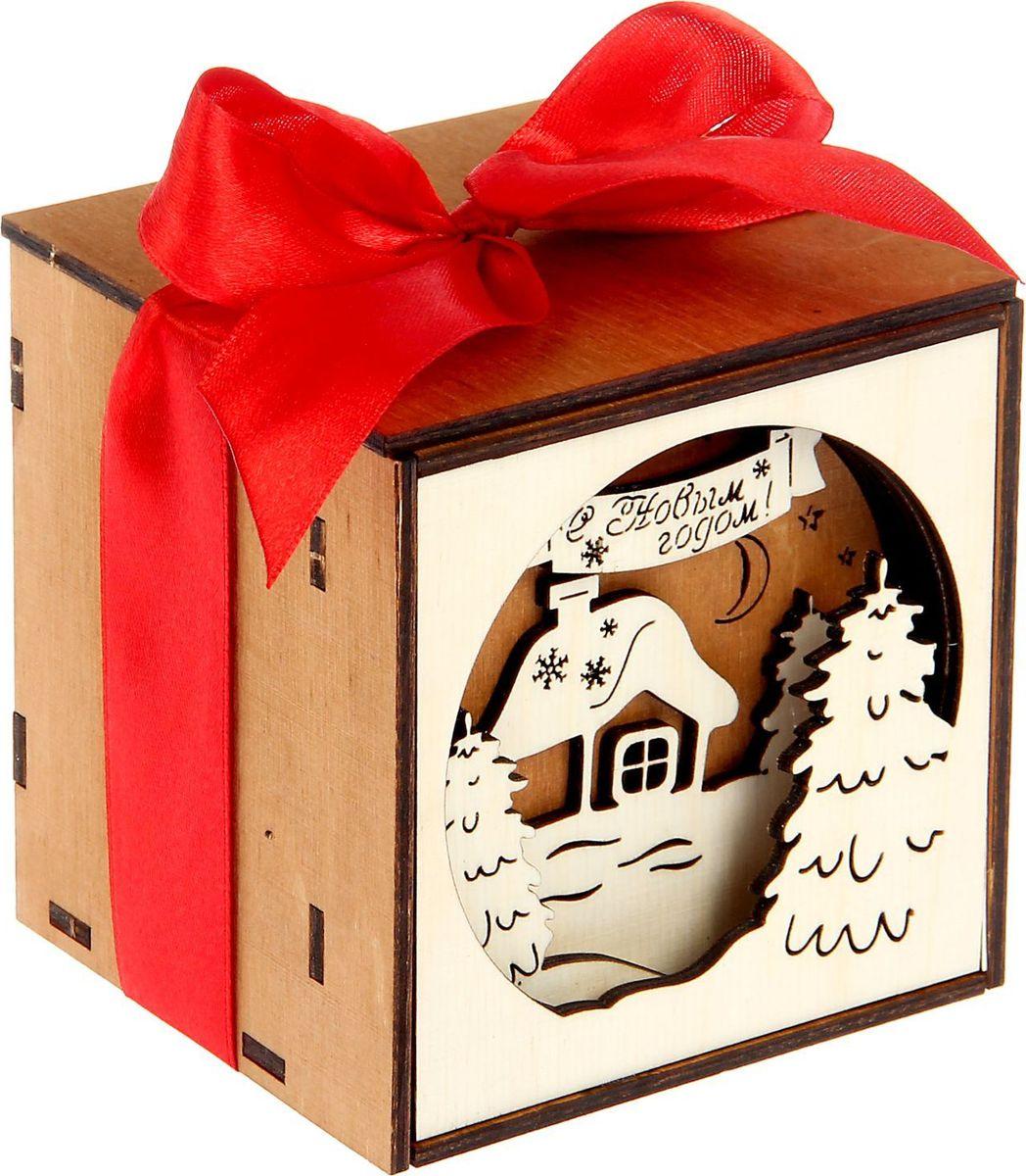 Шкатулка Sima-land С Новым годом!, цвет: коричневый, 10 х 10 х 10 см1530114Шкатулка — это небольшой сувенир, а также оригинальная упаковка подарка. Она дополнит интерьер спальни, гостиной или прихожей. Изделие предназначено для хранения украшений: колец, браслетов, часов, цепочек, колье, сережек и прочих предметов.