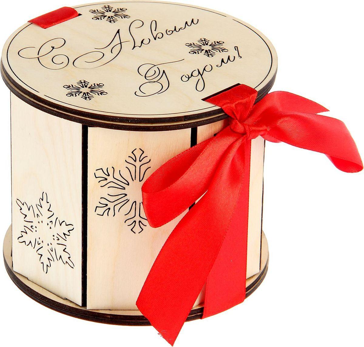 Шкатулка Sima-land Снежинки, цвет: слоновая кость, 12,5 х 12,5 х 11 см1530137Шкатулка — это небольшой сувенир, а также оригинальная упаковка подарка. Она дополнит интерьер спальни, гостиной или прихожей. Изделие предназначено для хранения украшений: колец, браслетов, часов, цепочек, колье, сережек и прочих предметов.