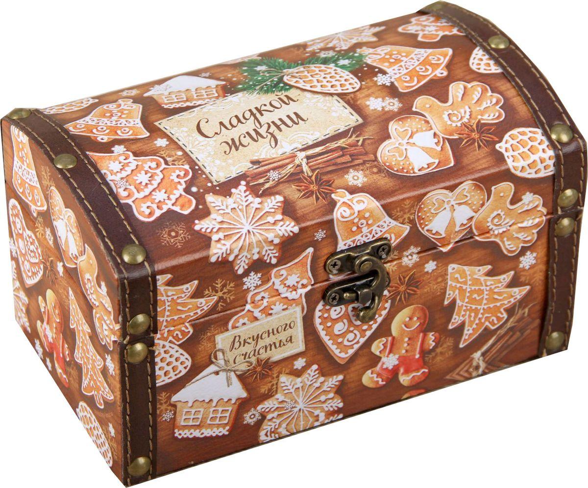 Шкатулка Sima-land Сладкой жизни, цвет: коричневый, 19 х 11 х 10,8 см1965027Шкатулка — это небольшой сувенир, а также оригинальная упаковка подарка. Она дополнит интерьер спальни, гостиной или прихожей. Шкатулка выполнена из дерева в виде сундучка. Изделие предназначено для хранения украшений: колец, браслетов, часов, цепочек, колье, сережек и прочих предметов.