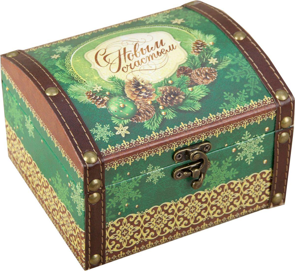 Шкатулка Sima-land С новым счастьем, цвет: зеленый, 15 х 10 х 13 см1965028Шкатулка — это небольшой сувенир, а также оригинальная упаковка подарка. Она дополнит интерьер спальни, гостиной или прихожей. Шкатулка выполнена из дерева в виде сундучка. Изделие предназначено для хранения украшений: колец, браслетов, часов, цепочек, колье, сережек и прочих предметов.