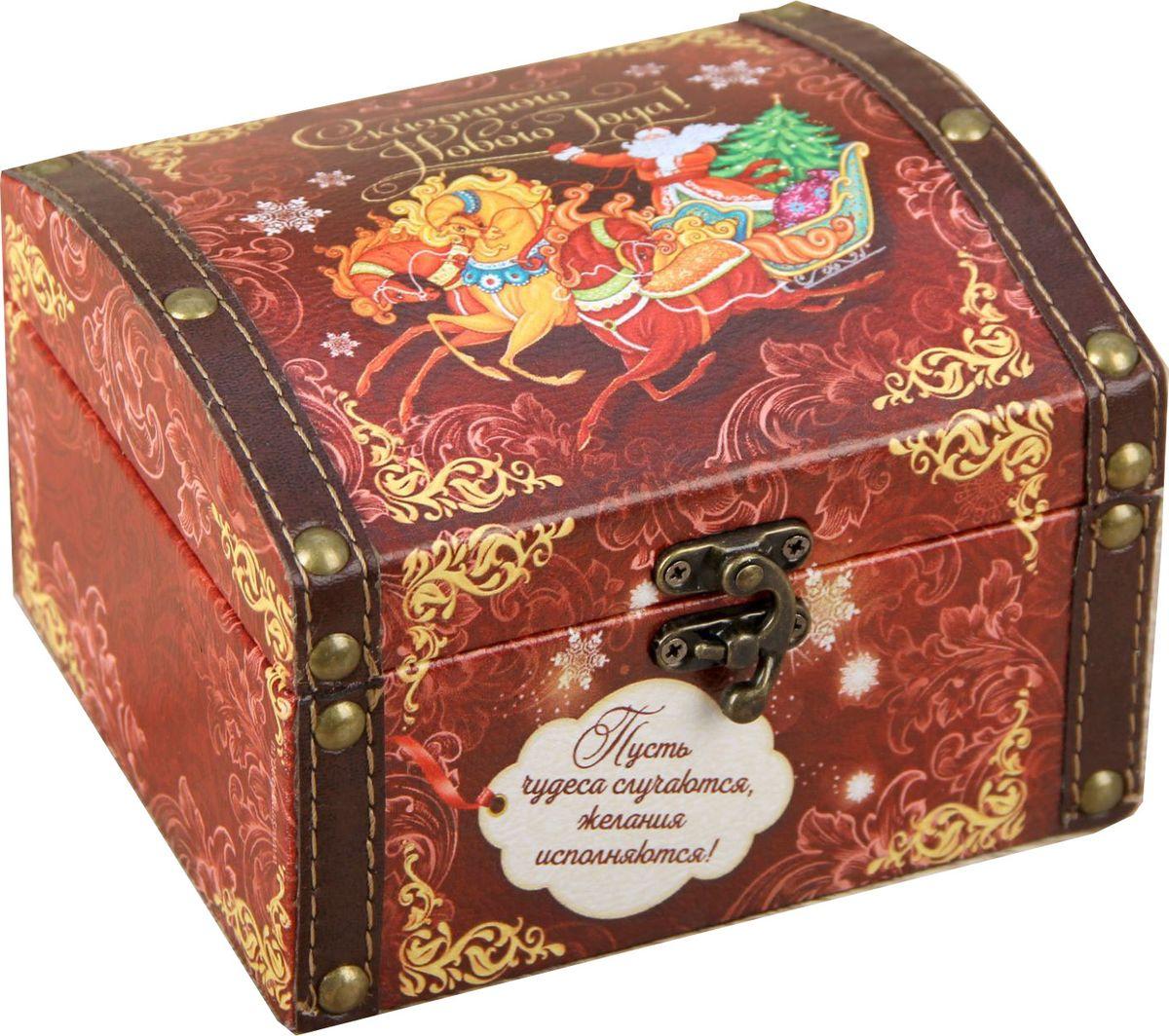 Шкатулка Sima-land Сказочного Нового года, цвет: коричневый, 15 х 10 х 13 см1965029Шкатулка — это небольшой сувенир, а также оригинальная упаковка подарка. Она дополнит интерьер спальни, гостиной или прихожей. Шкатулка выполнена из дерева в виде сундучка. Изделие предназначено для хранения украшений: колец, браслетов, часов, цепочек, колье, сережек и прочих предметов.