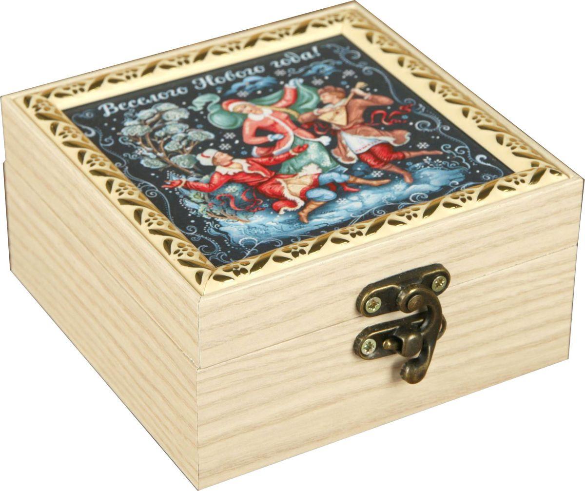 Шкатулка АГТ-Профиль Веселого Нового года, цвет: светло-бежевый, 12 х 12 х 6,5 см2471959Шкатулка — это небольшой сувенир, а также оригинальная упаковка подарка. Она дополнит интерьер спальни, гостиной или прихожей. Изделие предназначено для хранения украшений: колец, браслетов, часов, цепочек, колье, сережек и прочих предметов.