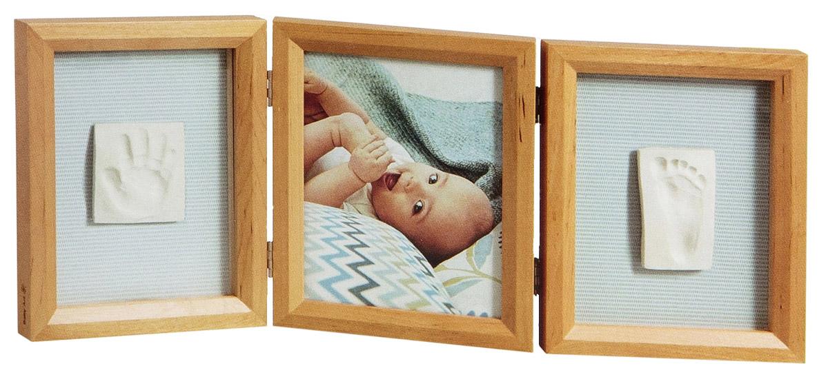 """Рамка для оттисков """"Baby Art"""" - уникальный подарок родителям, позволяющий сохранить фотографию, образ ладошки или ступни вашего малыша на долгие годы.  В комплект входят: тройная деревянная рамка со стеклом, тесто для лепки и деревянный валик. На ровной рабочей поверхности нужно раскатать тесто с помощью валика, удалив пузырьки воздуха. Затем сделать отпечатки ручки и ножки малыша. Вырезать прямоугольный кусок теста с оттиском необходимого размера. После того, как тесто затвердеет оттиск можно приклеить в рамочку под стекло при помощи двустороннего скотча. Характеристики:Материал: дерево, стекло, металл, тесто для лепки. Размер одной секции рамки: 16 см х 21,5 см х 2 см. Размер упаковки: 22 см х 17 см х 9,5 см. Изготовитель: Китай."""