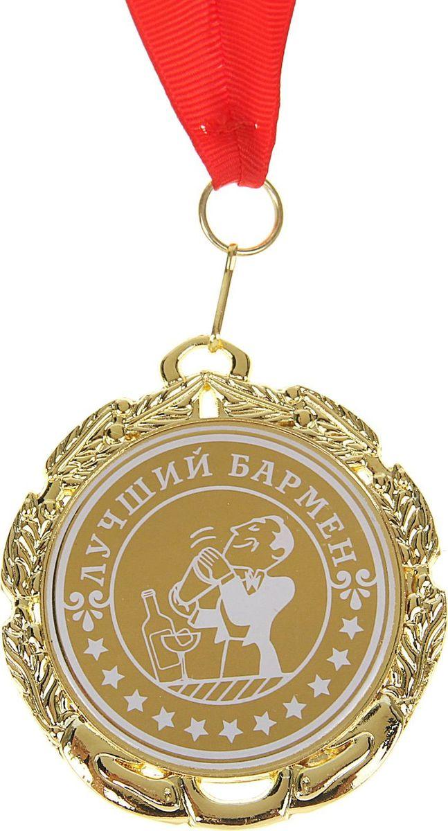 """Каждый из нас желает, чтобы его достижения в карьере признавались и отмечались по достоинству, а потому так приятно получать приятные отзывы и комплименты за отлично проделанную работу. Для таких моментов должна быть специальная награда, которая будет радовать обладателя и подчёркивать его успехи и достижения. Медаль """"Лучший бармен"""" создана специально для таких случаев! Она изготовлена из золотистого металла в оригинальном дизайне за достижения и звание победителя. Медаль дополнена яркой торжественной лентой и праздничной открыткой с добрыми пожеланиями. Для защиты надписи и блеска мы накрыли медаль защитной плёнкой. Не забудьте снять её перед вручением."""