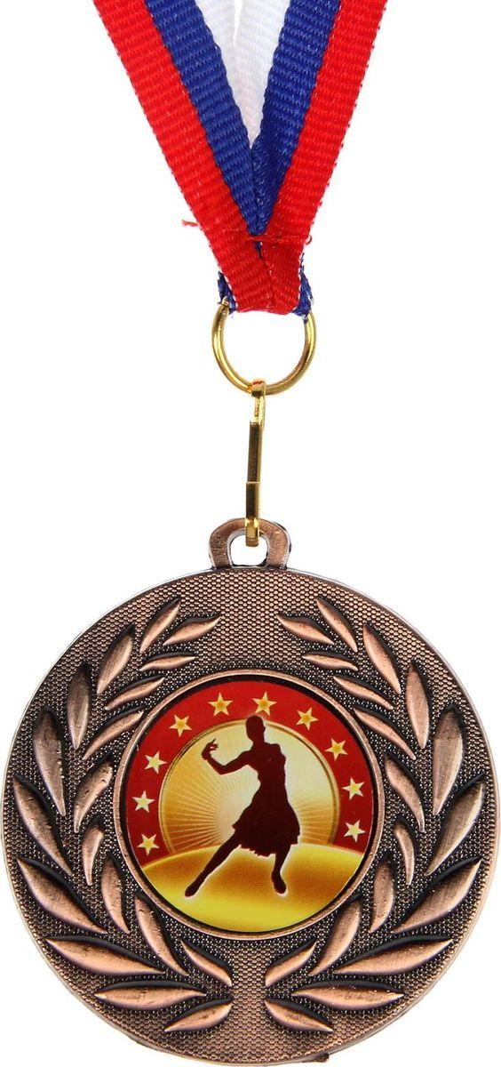 Mедаль сувенирная Одиночный танец, цвет: бронзовый, диаметр 5 см. 0691390590Медаль — знак отличия, которым награждают самых достойных. Она вручается лишь тем, кто проявил настойчивость и волю к победе. Каждое достижение — это важное событие, которое должно остаться в памяти на долгие годы. изготовлена из металла, в комплект входит лента цвета триколор, являющегося одним из государственных символов России. Характеристики: Диаметр медали: 5 см Диаметр вкладыша (оборот): 4,5 см Ширина ленты: 1,5 см.