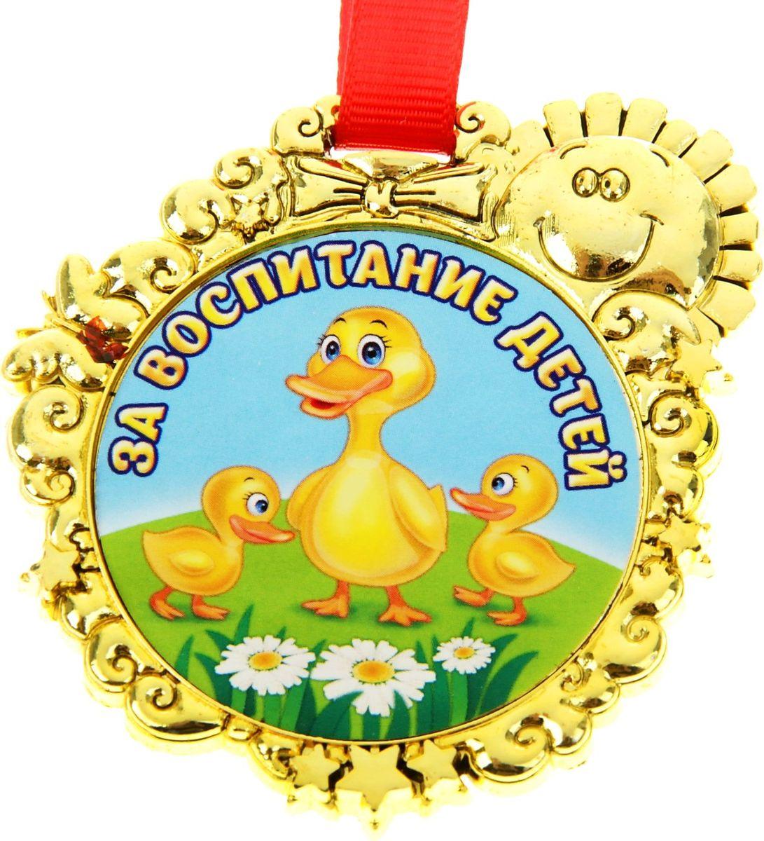 Медаль сувенирная За воспитание детей, 6,5 х 6,7 см837412Красочная медаль в золотом цвете для награждение как самих детишек так и их воспитателей во время проведения конкурсов, утренников, открытых занятий с участием родственников малышей. Медаль изготовлена из пластика, с изображением солнца. Медаль идет в комплекте с яркой лентой. Продается на яркой подложке.