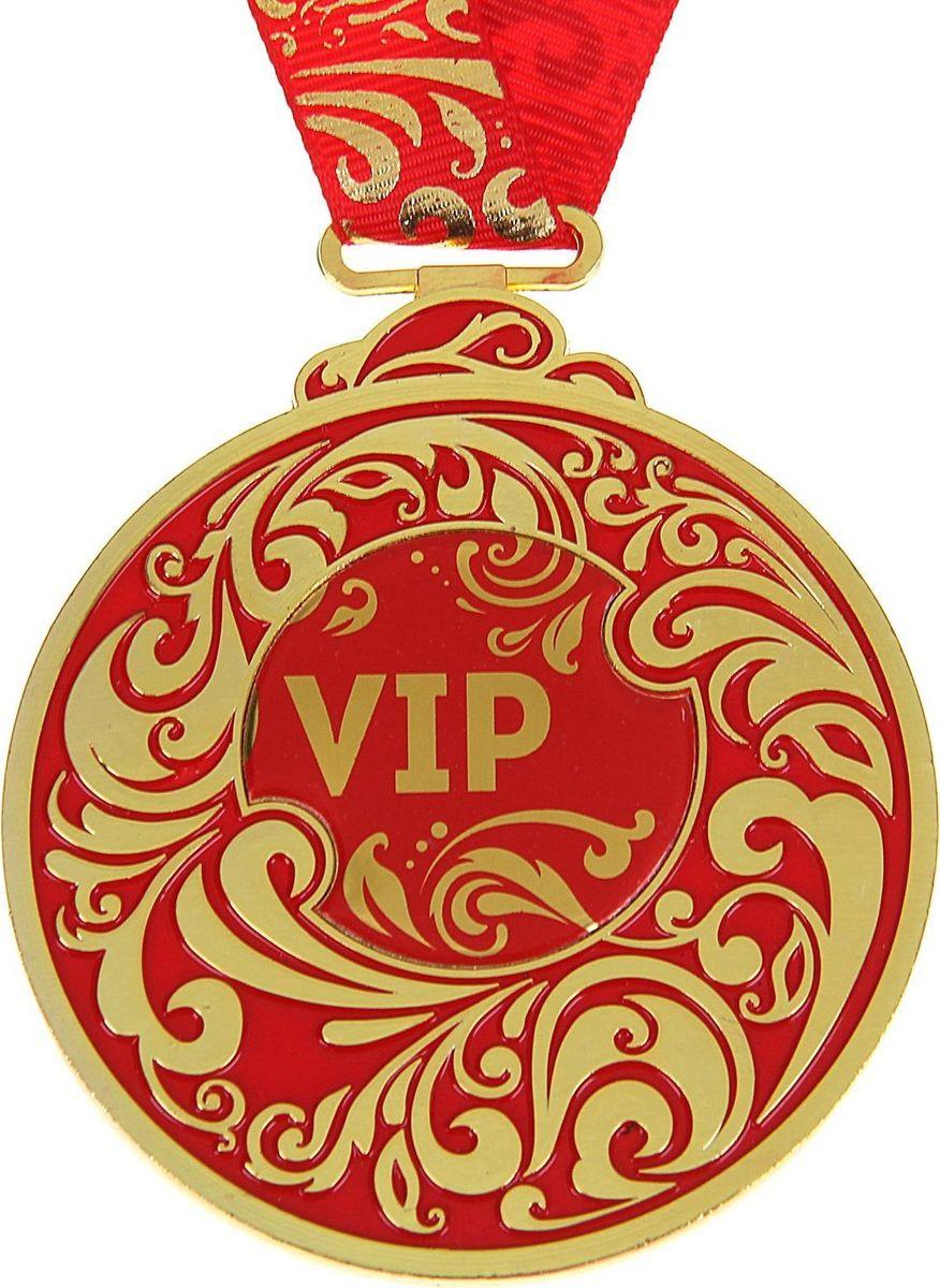 Медаль сувенирная VIP, 6,5 х 7,8 см969542Каждый презент для близких, родных, друзей или коллег мы выбираем с желанием найти что-то особенное, что не просто понравится, а принесёт море ярких и позитивных эмоций. Медаль VIP &mdash подарок, который точно вызовет удивление и восхищение, радость и умиление, ведь это уникальное изделие, обладающее оригинальным, стильным и душевным дизайном в русском стиле. Награда из металла украшена цветной заливкой. Мы позаботились о том, чтобы момент вручения такого подарка был максимально ярким, поэтому медаль идёт в комплекте с нарядной лентой и в подарочной упаковке с добрыми и тёплыми словами на обороте. Такой подарок будет радовать хозяина многие годы!
