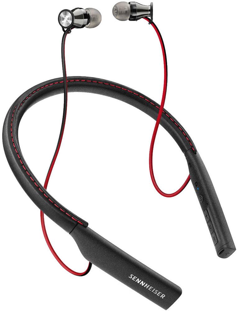 Sennheiser Momentum M2 IEBT, Black наушникиM2 IEBT BLACK/507353Для создания Sennheiser HD1 In-Ear M2 IEBT Wireless использованы лучшие материалы, классический для Momentumхромированный металл и высокопрочный поликарбонат для самого ободка.Проработанная до мелочей конструкция обещает обеспечить долгую жизнь наушникам. Это доказывает даже такая приятная мелочь как петля у основания каждого наушника, которая поддерживает провод и уберегает его от заламывания даже при не совсем аккуратном использовании.Роскошная натуральная кожа наппа со стильной красной строчкой обеспечивает солидный стильный вид.Чего же ждать от звука? Если вы знакомы с уже ставшими легендойвнутриканальными Momentum, не сомневайтесь,вас ничто не сможет разочаровать. Если нет, то вам посчастливится искренне удивиться звуку, который эти беспроводные малыши могут выдать.Если басы покажутся вам недостаточно яркими, не торопитесь с выводами, подберите для себя амбушюры соответствующего размера (в комплекте поставки идут стандартные 4 пары).Как только вы сделаете подходящий вам выбор, HD1 поразят вас отменным басом.Sennheiser HD1 In-Ear M2 IEBT Wireless поддерживают Bluetooth 4.1 и кодек AptX, который позволяет передавать полнополосныйаудио-сигнал в качестве, близком к CD, а именно 16 бит/44,1кГц. В итоге разговоры о потере качества аудио в беспроводных наушниках теряют веские аргументы.Кнопки регулировки громкости, кнопка ответа/сброса звонков, которая также включает функцию перелистывания треков. На этой же стороне воротничка расположен микрофон, использующийся при телефонных разговорах. На другом конце воротничка скрывается разъем для зарядки. Что касается самого заряда, то для его полного восполнения понадобится всего 1,5 часа. Работают наушники до 10 часов активного использования на уровнях громкости выше среднего, ещё один балл к бонусам HD1 это возможность следить за зарядом самих наушников на экране вашего смартфона.