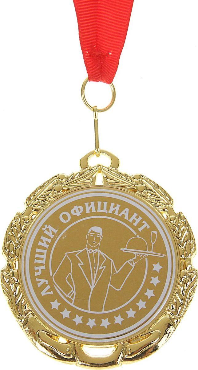 """Каждый из нас желает, чтобы его достижения в карьере признавались и отмечались по  достоинству, а потому так приятно получать приятные отзывы и комплименты за отлично  проделанную работу. Для таких моментов должна быть специальная награда, которая будет  радовать обладателя и подчёркивать его успехи и достижения. Медаль """"Лучший официант""""  создана специально для таких случаев! Она изготовлена из золотистого металла в  оригинальном дизайне за достижения и звание победителя. Медаль дополнена яркой  торжественной лентой и праздничной открыткой с добрыми пожеланиями. Для защиты надписи и  блеска медаль накрыта защитной плёнкой. Не забудьте снять её перед вручением."""