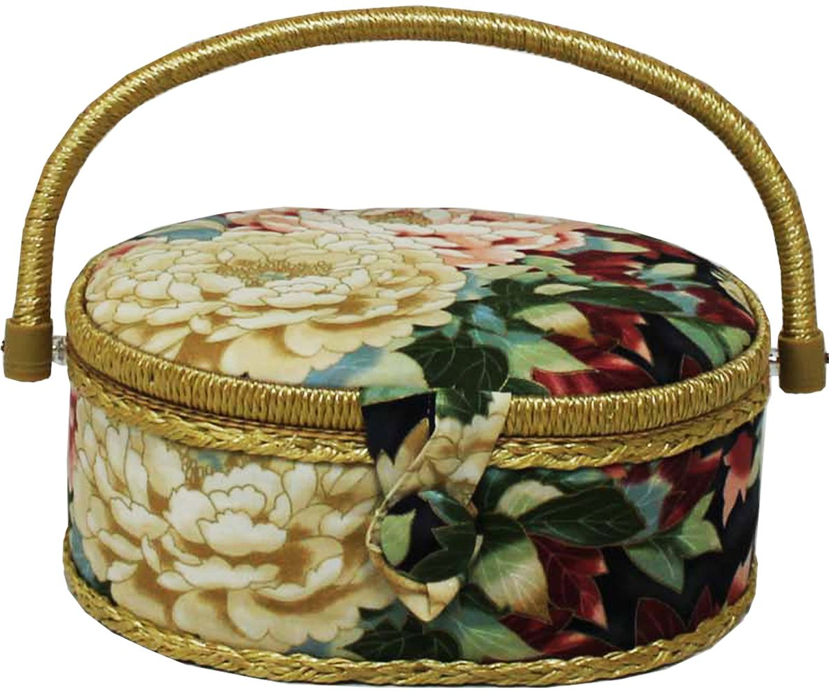 Шкатулка для рукоделия Grace & Glamour, 18 х 23 х 11 см. BN4733BN4733Интерьерная шкатулка из коллекции Акварельные пионы выполнена с использованием натуральных материалов: каркас из дерева обтянут дизайнерской тканью Robert Kaufman (100% хлопок) с мягким наполнителем. Внутри шкатулка отделана искусственным шелком, имеется кармашек на резинке и шелковая игольница с двумя булавками. Шкатулка оснащена пластиковым вкладышем с 4 отсеками для мелочей. Ручка и края отделаны натуральным ротангом, который не только украшает шкатулку, но и оберегает края. Шкатулка поможет рукодельнице сорганизовать свое рабочее место, а значит, сократить время на создание своего творения. А кроме того, украсит любой интерьер и будет радовать свою обладательницу долгие годы благодаря качественному исполнению и материалам. Прекрасный подарок любой женщине!Размер вкладыша: 20,5х15х3 см.