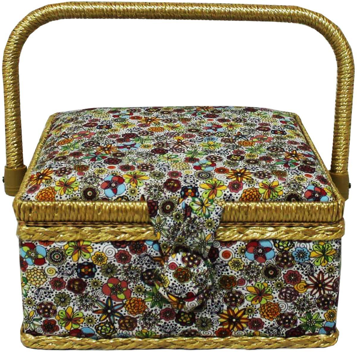 Шкатулка для рукоделия Grace & Glamour, 20 х 20 х 11 см. BN4737BN4737Интерьерная шкатулка из коллекции Весенние цветы выполнена с использованием натуральных материалов: каркас из дерева обтянут дизайнерской тканью Robert Kaufman (100% хлопок) с мягким наполнителем. Внутри шкатулка отделана искусственным шелком, имеется кармашек на резинке и шелковая игольница с двумя булавками. Шкатулка оснащена пластиковым вкладышем с 3 отсеками для мелочей. Ручка и края отделаны натуральным ротангом, который не только украшает шкатулку, но и оберегает края. Шкатулка поможет рукодельнице сорганизовать свое рабочее место, а значит, сократить время на создание своего творения. А кроме того, украсит любой интерьер и будет радовать свою обладательницу долгие годы благодаря качественному исполнению и материалам. Прекрасный подарок любой женщине!