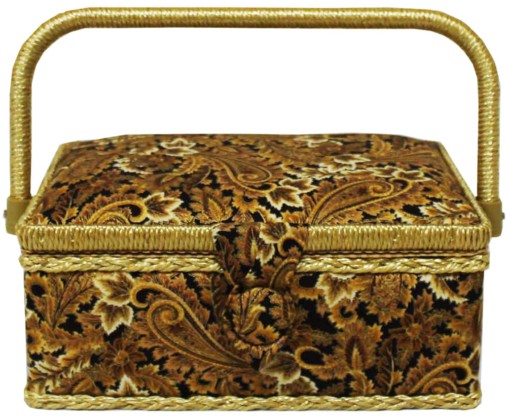Шкатулка для рукоделия Grace & Glamour, 14,5 х 22 х 11,5 см. BN4746BN4746Интерьерная шкатулка из коллекции Золотая роскошь выполнена с использованием натуральных материалов: каркас из дерева обтянут дизайнерской тканью Robert Kaufman (100% хлопок) с мягким наполнителем. Внутри шкатулка отделана искусственным шелком, имеется кармашек на резинке и шелковая игольница с двумя булавками. Шкатулка оснащена пластиковым вкладышем с 4 отсеками для мелочей.Ручка и края отделаны натуральным ротангом, который не только украшает шкатулку, но и оберегает края. Шкатулка поможет рукодельнице сорганизовать свое рабочее место, а значит, сократить время на создание своего творения. А кроме того, украсит любой интерьер и будет радовать свою обладательницу долгие годы благодаря качественному исполнению и материалам. Прекрасный подарок любой женщине! Размер вкладыша: 20 х 12,5 х 3 см