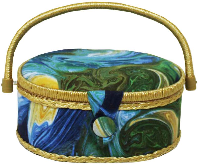 Шкатулка для рукоделия Grace & Glamour, 18 х 23 х 11 см. BN4750BN4750Интерьерная шкатулка из коллекции Отражение выполнена с использованием натуральных материалов: каркас из дерева обтянут дизайнерской тканью Robert Kaufman (100% хлопок) с мягким наполнителем. Внутри шкатулка отделана искусственным шелком, имеется кармашек на резинке и шелковая игольница с двумя булавками. Шкатулка оснащена пластиковым вкладышем с 4 отсеками для мелочей. Ручка и края отделаны натуральным ротангом, который не только украшает шкатулку, но и оберегает края. Шкатулка поможет рукодельнице сорганизовать свое рабочее место, а значит, сократить время на создание своего творения. А кроме того, украсит любой интерьер и будет радовать свою обладательницу долгие годы благодаря качественному исполнению и материалам. Прекрасный подарок любой женщине!Размер вкладыша: 20,5х15х3 см.