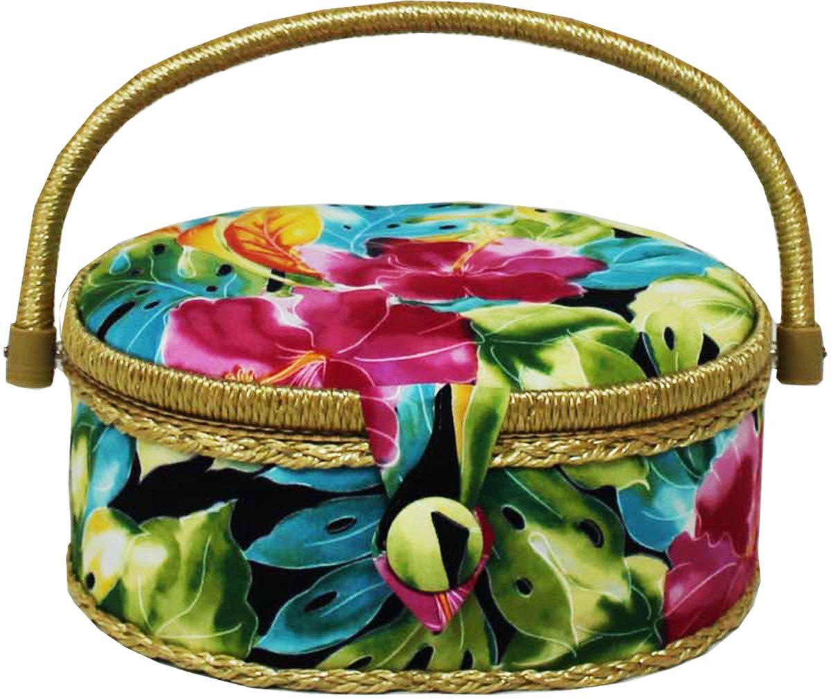 Шкатулка для рукоделия Grace & Glamour, 18 х 23 х 11 см. BN4757BN4757Интерьерная шкатулка из коллекции Тропические цветы выполнена с использованием натуральных материалов: каркас из дерева обтянут дизайнерской тканью Robert Kaufman (100% хлопок) с мягким наполнителем. Внутри шкатулка отделана искусственным шелком, имеется кармашек на резинке и шелковая игольница с двумя булавками. Шкатулка оснащена пластиковым вкладышем с 4 отсеками для мелочей. Ручка и края отделаны натуральным ротангом, который не только украшает шкатулку, но и оберегает края. Шкатулка поможет рукодельнице сорганизовать свое рабочее место, а значит, сократить время на создание своего творения. А кроме того, украсит любой интерьер и будет радовать свою обладательницу долгие годы благодаря качественному исполнению и материалам. Прекрасный подарок любой женщине!Размер вкладыша: 20,5х15х3 см.