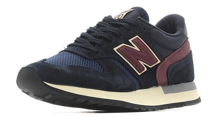 Кроссовки мужские New Balance 770, цвет: синий, бордовый. M770AEF/D. Размер 8,5 (42)M770AEF/DСтильные мужские кроссовки от New Balance придутся вам по душе. Верх модели выполнен из высококачественныхматериалов. По бокам обувь оформлена декоративными элементами в виде фирменного логотипа бренда, на язычке - фирменной нашивкой, задник логотипом бренда. Классическая шнуровка надежно зафиксирует изделие на ноге. Подкладка и стелька, изготовленные из текстиля, гарантируют уют и предотвращают натирание. Подошва оснащена рифлением для лучшей сцепки с поверхностями. Удобные кроссовки займут достойное место среди коллекции вашей обуви.