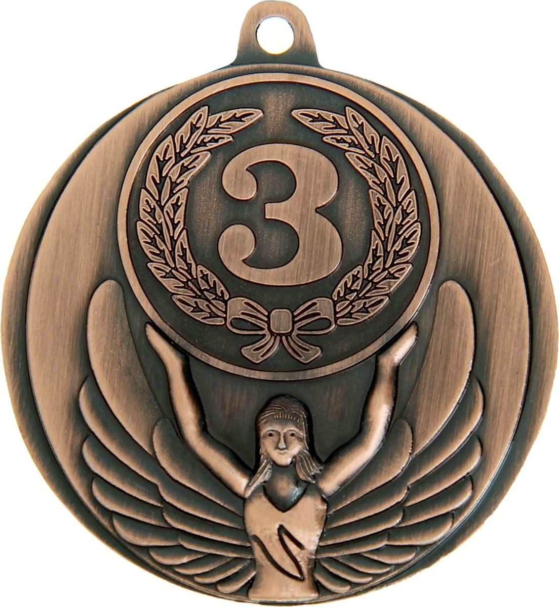 Медаль сувенирная 3 место, цвет: бронзовый, диаметр 4,5 см. 0171028264Медаль — знак отличия, которым награждают самых достойных. Она вручается лишь тем, кто проявил настойчивость и волю к победе. Такое достижение должно остаться в памяти на долгие годы. Поэтому любое спортивное состязание (профессиональное, среди любителей или корпоративное мероприятие) — отличный повод для того, чтобы отметить лучших из лучших. На металлической медали изображена фигура Ники — богини победы в древнегреческой мифологии. ХарактеристикиДиаметр медали: 4,5 см. Диаметр вкладыша (оборот): 4 см.