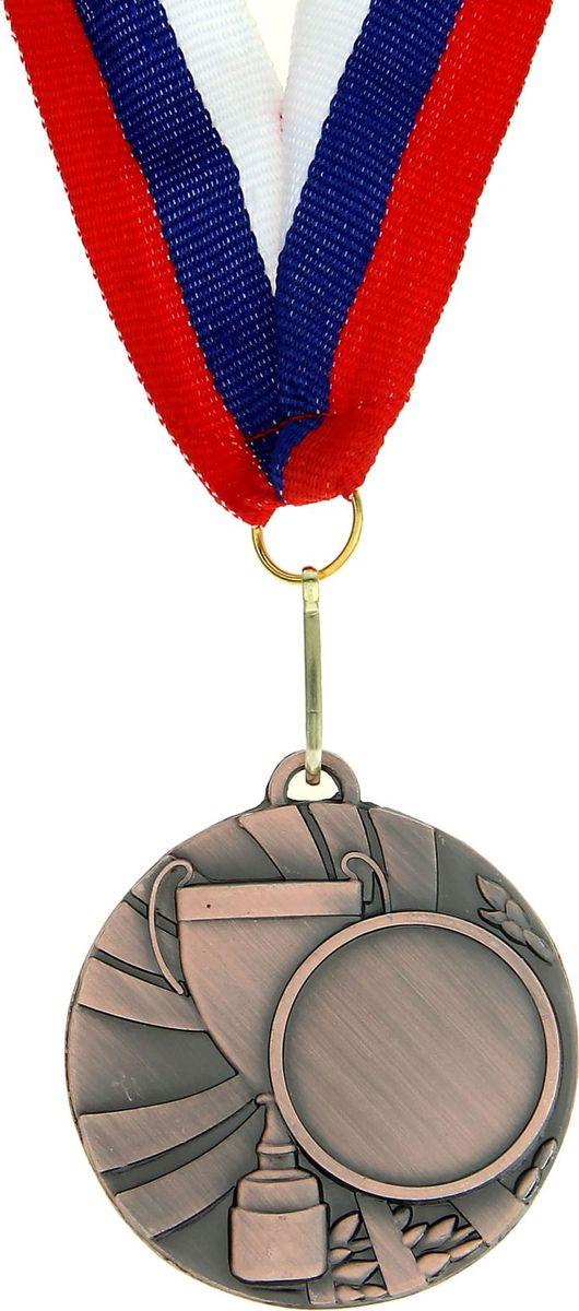 Медаль сувенирная с местом для гравировки, цвет: бронзовый, диаметр 5 см. 0201028913Пусть любая победа будет отмечена соответствующей наградой! Медаль — знак отличия, которым награждают самых достойных. Она вручается лишь тем, кто проявил настойчивость и волю к победе. Каждое достижение — это важное событие, которое должно остаться в памяти на долгие годы. Медаль под нанесение 020, d=5, бронза изготовлена из металла, в комплект входит лента цвета триколор, являющегося одним из государственных символов России. Характеристики: Диаметр медали: 5 см Диаметр вкладыша (лицо): 2,5 см Диаметр вкладыша (оборот): 4,5 см Ширина ленты: 2,5 см.